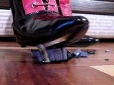 Amateurvideo Crush - High Heels zerquetschen Plastikauto von sexyalina