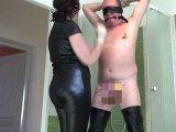 Amateurvideo Herrin in OP-Handschuhe, Teil eins: Clothespins von bondageangel