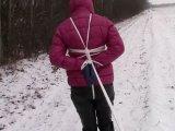 Amateurvideo Transportiert und mit Seilen gefesselt auf einem schneebedec von bondageangel