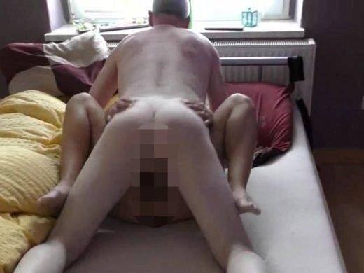 Amateurvideo Stiefpapa kam zu mir ins Bett von jungesgemuese18