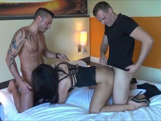 Amateurvideo sehr geiles girl wird von 2 männern geil durchgefickt u vol von DonJohnXXX