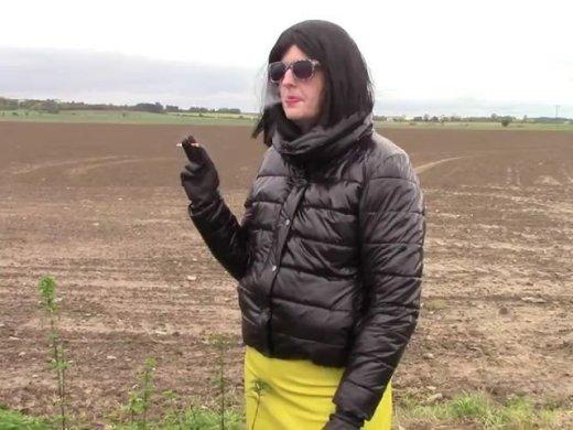 Lederhandschuhe Gummistiefel glaenzende Jacke und Zigarett