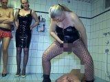 Amateurvideo 3 Dominas pissen und rotzen einem Sklaven extrem ins Maul! von RosellaExtrem