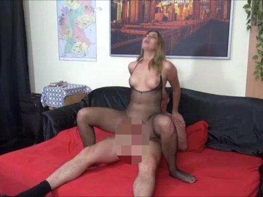 Amateurvideo Geile Blondine ohne Gummi gefickt auf dem Sofa und schön vo von DonJohnXXX