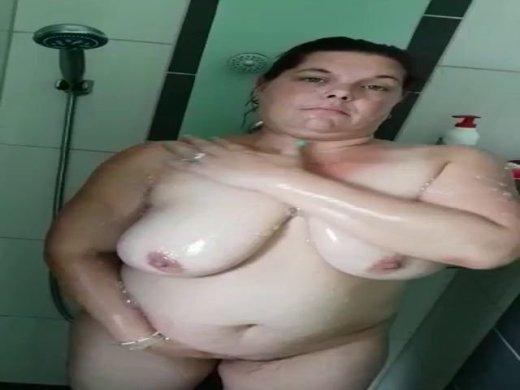 Sexymama unter der Dusche