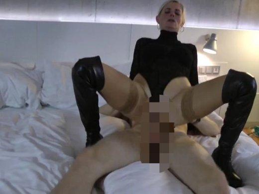 Amateurvideo Die Nylon und Stiefelschlampe – Vom XXL Schwanz zerfickt! from DirtyTina
